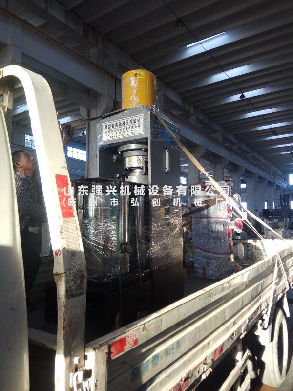 湖南省怀化市客户订购的2台双桶茶籽榨油机设备已发出