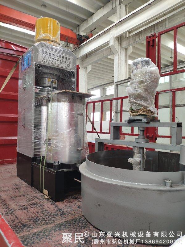 湖南省怀化市订购的新型双桶茶籽榨油机设备已出厂